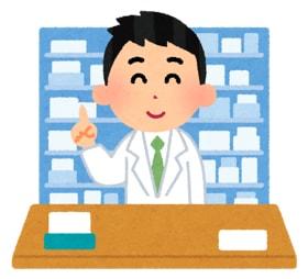 市販薬を説明する薬剤師